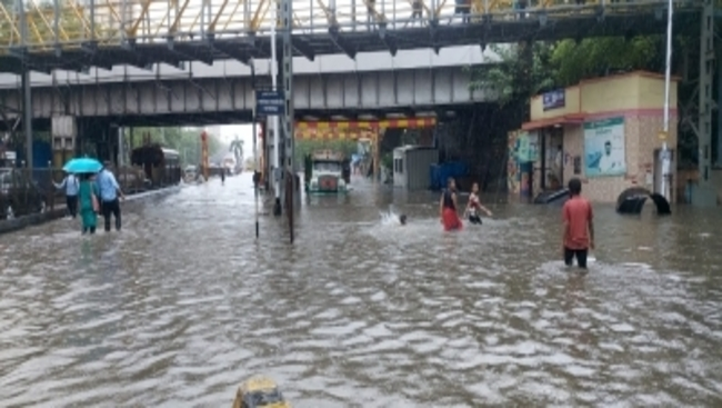 First day of monsoon, Mumbai on its knees as trains, traffic hit (Ld)