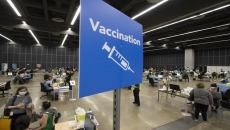 Study: Vaccinated people can carry as much virus as others