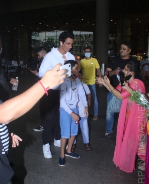 Sonu Sood surrounded by fans