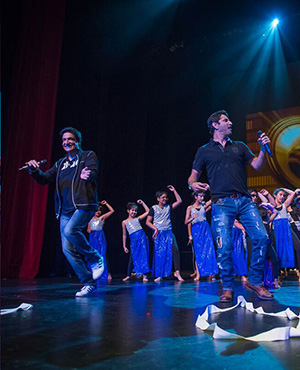 Shiamak Davar, Marzi Pestonji & Principal Dancer Rohan D'Silva teaching the audience the moves and grooves to Dr. Cabbie hit song Daal Makhani.